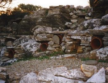 Πήλινα οριζόντια υψέλια τοποθετημένα σε θυρίδες φτιαγμένες από πετρό-πλακες σε τράφους (πεζούλια ή αναβαθμίδες), στη περιοχή Μέλανες Νάξου.
